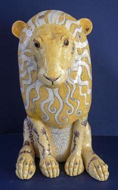 León de cerámica de vista frontal G Warne