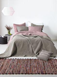 Koodi Vintage -makuuhuonetekstiileissä on pehmeä kivipesty pinta. https://www.hobbyhall.fi/web/store/koti-ja-sisustus?utm_medium=pin&utm_campaign=j6_2014&utm_source=pinterest&utm_content=syksyn_sisustussatoa_28.8.