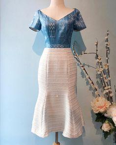 """เดรสผ้าไหมมัดหมี่สีน้ำไหลแขนสั้น ตัดต่อผสมกับผ้า Chanel Tweed ดิ้นเงิน ได้ลุคคุณหนูผู้ดีมากๆค่ะ (รอตัดเย็บ 7-10 วัน) ————— ♡FEMME FATALE🍸 🍾""""Vesper Lynd"""" dress ————— Fabric. MudMee Silk x Chanel Tweed Size. ถ้าไซส์ไม่พอดีตามชาร์ต สามารถแจ้งสัดส่วนได้เลยค่ะ XS 31.5-25-35 S 33-27-37 M 34-29-39 L 35-30-40 Price. 5850- Line. @passasilkwear ————— ธรรมชาติของผ้าไหม เนื้อผ้าจะฟูไม่เรียบ ผ้าไหมเป็นผ้าที่มีวิธีการผลิตด้วยมือทุกขั้นตอนดังนั้นชิ้นผ้าไหมอาจมีปุ่มปมไหม… Myanmar Traditional Dress, Thai Traditional Dress, Traditional Fashion, Modern Filipiniana Gown, Kebaya Modern Dress, Stylish Dresses, Casual Dresses, Fashion Dresses, Batik Dress"""