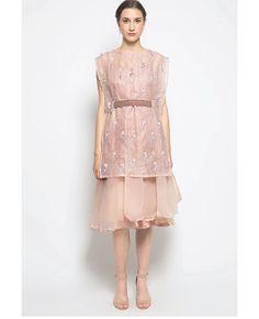 Source by rachmao brokat Dress Brokat Muslim, Dress Brokat Modern, Kebaya Modern Dress, Kebaya Lace, Kebaya Dress, Dress Pesta, Batik Dress, Lace Dress, Dress Up
