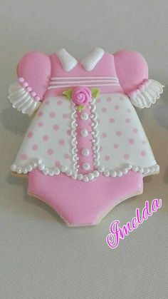 Baby Dress Cookie Cake Decorating Icing, Royal Icing Decorations, Cookie Decorating, Baby Girl Cookies, Baby Shower Cookies, Baptism Cookies, Baby Girl Themes, Frozen Cupcakes, Baby Candy