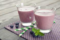 ¡Mi desayuno favorito! Altísimo en antioxidantes, fibra y micornutrientes... y el sabor... mmmm.... ¡tienes que probarlo!  INGREDIENTES:      1 vaso de agua o agua de coco     1 taza de moras, de preferencia blueberries (pueden ser congeladas)     ½ plátano     1 puñado de espinaca, acelga o kale     ½ cdita de canela en polvo     1 cdita de cacao (opcional)  PREPARACIÓN:  1. Mezcla todos los ingredientes en la licuadora o Nutribullet.