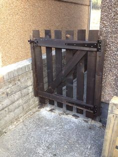 big hinge gate, double vertical supports, top and bottom