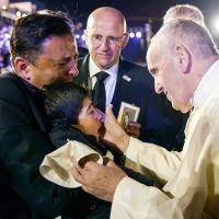 El beso del Papa a niño mexicano con capacidades diferentes