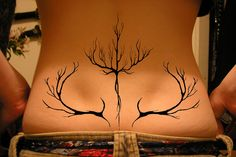 tatouage tribal colonne vertébrale femme