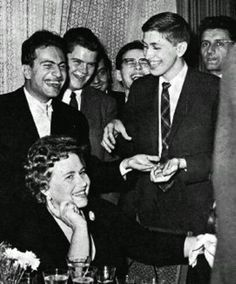 Dos genios. Mihail Tal dejandose leer la mano por Bobby Fischer. Bobby Fischer, How To Play Chess, Chess Players, Kings Game, Cold War, Globes, Fisher, Famous People, Cool Photos