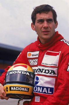 Senna posa com capacete quando era piloto da McLaren, em 1988.