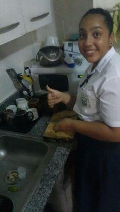 Tanto trabajo el hambre ataca la cocinera estrella!