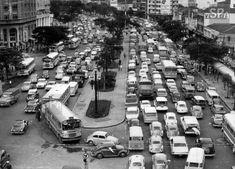 Trânsito carregado em São Paulo congestinamento np vale do anhangabaú em 1970 foto tirada em cima do viaduto santa efigênia