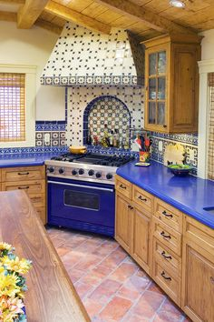 Interior Design Kitchen spanish-style-kitchen-design - Bring a touch of Spanish-inspired flair to your home through cultural elements. Get inspiration from these Spanish-style rooms. Mexican Style Homes, Mexican Style Kitchens, Mexican Kitchen Decor, Mexican Home Decor, Spanish Style Homes, Spanish Kitchen Decor, Spanish Colonial Kitchen, Spanish Style Decor, Spanish Revival