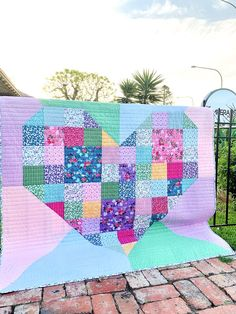 Bursting Heart Quilt | Fabric: Fleur designed by Sedef Imer for Riley Blake Designs Valentine Day Crafts, Valentines, Patchwork Heart, Riley Blake, Grape Vines, Heart Shapes, Sewing Projects, Quilts, Blanket