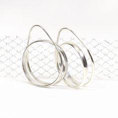 Zo simpel en ook zo mooi, ronde hang zilveren oorbel.