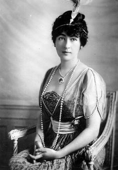 Mrs.Evelyn Walsh McLean, the last owner of the Hope Diamond photographed in 1915 wearing it.