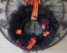 Instructions for making a Halloween raven tulle wreath.  #DIY #Halloween #crafts #wreaths