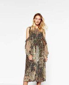 Moda Low Cost. Vestido de flores con hombros al aíre con vistas a la primavera (25,99 euros - 39,95 euros) Moda LOw Cost.