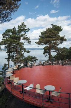 Da Ingierstrand bad var nybygget i 1934 stod danseplattingen klar til å danses på. Den er formet sirkelrund og står på en sopplignende sokkel. Her kan det igjen danses i friluft omgitt av furutrær og fjord.