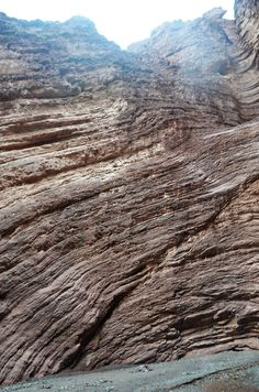Rodrigo_Soldon posted a photo:  El Anfiteatro se encuentra en la Quebrada de las Conchas, Cafayate, provincia de Salta, Argentina.  Es un espacio semicerrado con paredes de más de veinte metros de altura y el piso totalmente llano, al que se entra por una estrecha abertura. Se formó por la erosión del agua de unas cataratas que existieron hace millones de años.  Su forma le confiere una excelente acústica, gracias a tener muchas reflexiones y las paredes muy rugosas. En el Anfiteatro la…