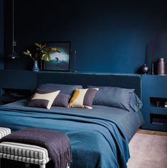 60 Rooms decorated purple - Home Fashion Trend Warm Bedroom, Bedroom Green, Bedroom Night, Master Bedroom, Bedroom Ideas, White Bedroom, Tv In Bedroom, Dark Blue Rooms, Royal Blue Bedrooms