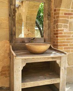 Rustic furniture from recycled pallet wood. #furniture #furnituredesign #rustic #handmade #makersgonnamake #etsy #etsyshop #homedecor #etsyelite #cottagedecor #deco #decoration #wood #homedecor #woodcraft #paint #artist #craftsmanship #palletwood #pallet #instafurniture #muebles #mobiliario #palet #sink #mirror #vessel #rusticdecor #design #recycle by lasaviadelartesano