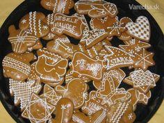 Recept mám od svojej maminky, stáva sa z neho trojgeneračný recept, pretože ho používa už aj moja dcéra.  Ja podľa neho pečiem 26 rokov a som spokojná. Tieto medovníčky pečiem na Vianoce aj na Veľkú noc, ale v jarným motívom a farebne. Gingerbread Cookies, Christmas Cookies, Honey Cookies, Cookie Cutters, Cookie Recipes, Biscuits, Food And Drink, Cooking, Noel
