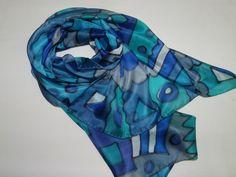 Linda echarpe de seda pongé 5, pintada à mão, em maravilhosos tons de azul. Super feminina, ideal para compor um visual arrojado e contemporâneo. Pode ser usada de várias formas.