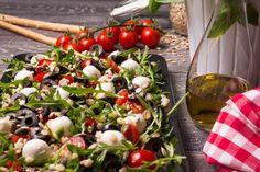 SŁONECZNA ITALIA. Sałatka z rukolą, makaronem, mozzarellą, pomidorami koktajlowymi i susoznymi oraz pestkami dyni i słonecznika.