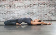 Posições de ioga para aliviar a cólica menstrual: herói reclinado