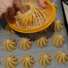 Sizde mutfakta eglenceli ve pr Sugar Cookie Recipe Easy, Easy Sugar Cookies, Cookie Recipes, Biscotti Cookies, Cake Cookies, Resep Cake, Bread Shaping, Food Decoration, Bread And Pastries