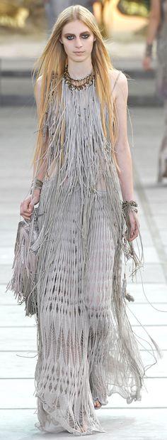 www.cewax aime la mode ethnique, tribale, afro tendance, hippie, boho chic... Retrouvez tous les articles sur la mode afro sur le blog de CéWax: http://cewax.wordpress.com/ et des sacs et bijoux ethniques en boutique: http://cewax.alittlemarket.com - ✪ Native American Influence in Cavalli's SS 2011 collection ✪ http://www.vogue.co.uk/fashion/spring-summer-2011/ready-to-wear/roberto-cavalli/full-length-photos