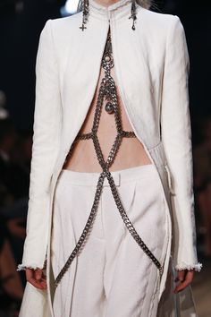 The complete Alexander McQueen Spring 2016 Ready-to-Wear fashion show now on Vogue Runway. Style Haute Couture, Couture Fashion, Runway Fashion, High Fashion, Fashion Show, Fashion Outfits, Womens Fashion, Cheap Fashion, Paris Fashion