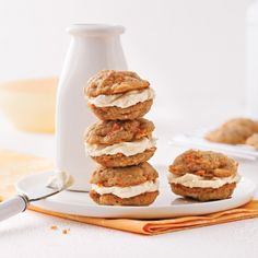 Agrémentés d'une bonne couche de glaçage maison, ces biscuits aux carottes sont décadents! Biscuit Cookies, Biscuits Brownies, Cake Bars, Whoopie Pies, Love Food, Sweet Recipes, Cupcake Cakes, Sweet Tooth, Food And Drink