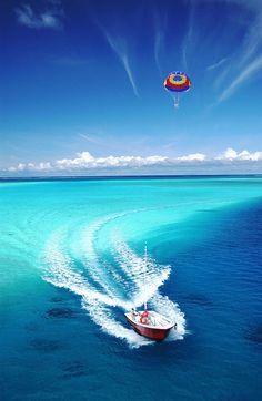 Parachute Ascentionnel Bora Bora Parasail (by xaviermaire on Flickr)