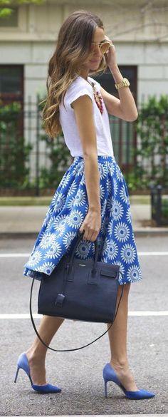 Saia estampada azul + camisa branca + sapato azul