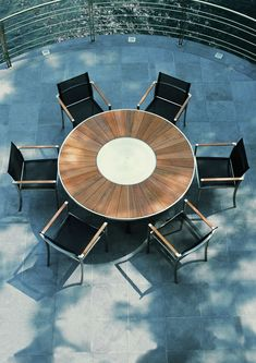Table ronde O-ZON avec plateau tournant en Teck de @royalbotania
