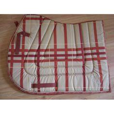 Heel mooi zadeldekje genaamd Pessoa. Het dekje heeft een mooie print en is extra dik. Het zadeldek heeft een anatomische vorm, hierdoor past het dekje perfect. Het zadeldekje heeft lussen voor de singelstoten, deze zijn voorzien van klittenband. Nu voor 25.00 euro! OP=OP