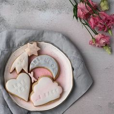 I'm delighted to present the first of my 2 biscuit collections that I've created for Valentine's. This is my 'Love You to the Moon & Back' set🌛✨I'm so excited as you can find it for sale at @allbymamauk 💗...if you'd like to learn a little more about the collection, I've written up a blog post - you'll find a link in my bio. Happy Friday everyone! 💖 • • • • • • • #momentsofmine #inspiredbypetals #inspiredbynature_ #instacookie #cookiesofinstagram #makelightbeautify #StoryOfMyTable…