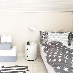 Hann med en tripp till Netto även idag för köp av en ny sänglampa till plutten nu blir det jobb ett par timmar #netto #nettose #legostorage #roomcopenhagen #kartell #componibili #oyoy #bilbanematta #barnrum #barnerom #barnrumsinspo #mioofficial #kudde