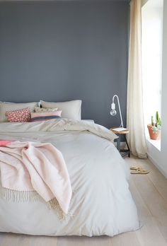 Ein hübsches Blau-Grau als Wandfarbe im Schlafzimmer.de A pretty blue gray as wall paint in the bedroom. Blue Grey Walls, Gray Painted Walls, Gray Bedroom, Bedroom Wall, Bedroom Decor, My New Room, Room Colors, Home And Living, Living Room
