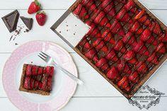 La crostata al cioccolato e fragole è un dolce davvero goloso. La base croccante di frolla al cacao raccoglie tanta crema al cioccolato e fragole profumate!