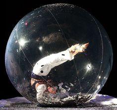 File:Elena contortionist en bulle.jpg