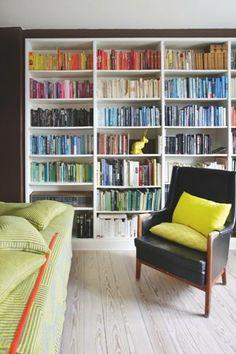 Sæt dine bøger i farveorden - en idé, der ofte deler æstetikere og intellektuelle i to lejre.