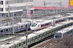 宇都宮線・高崎線・常磐線と東海道線が直通する「上野東京ライン」が3月14日に開業。常磐線の電車(左側2本)は東京を経て品川まで乗り入れる