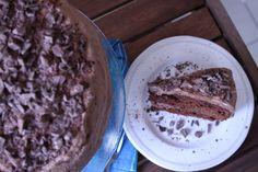 A soft cake and a delicious chocolate cream! One of my family's classic... right to yours! Un bizcocho blandito y una crema de chocolate deliciosa! Un clásico de mi casa... derecho para a tuya!