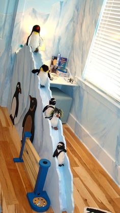 "habitacion pingüinos (via www.decoralia). Fun penguin habitat! Pre-K, Kinder, & 1st graders would love it. Also try app ""Penguin K"" https://itunes.apple.com/us/app/penguin-k-kindergarten-math/id656497097?mt=8"