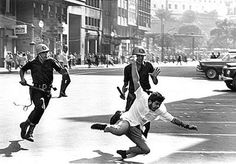 Manifestação contra a ditadura militar, 1968, o estudante da foto, faleceu ao bater a cabeça na queda.