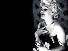 marilyn-monroe-chanel-n5-1024x768_edit Em 1923, foi lançado seu primeiro perfume, Chanel nº 5 (o número da sorte da estilista). A fragrância, criada por Earnest Beaux, foi – e ainda é – um grande sucesso.