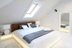 Klasycznie prosta i elegancka sypialnia .Przez okno dachowe można obserwować gwiazdy