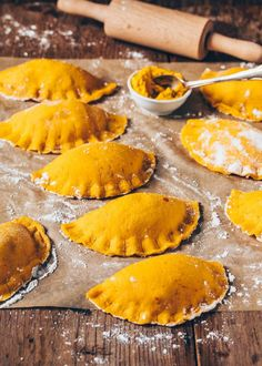This vegan jumbo pumpkin ravioli taste incredibly delicious and are made super easy and quick! The recipe is vegan, simple and healthy. Crispy roasted and served with a creamy Pumpkin Pasta Sauce, it makes the perfect dinner or lunch. Pumpkin Pasta Sauce, Pumpkin Ravioli, Vegan Pasta Sauce, Vegan Pumpkin, Pumpkin Recipes, Cooking Pumpkin, Paleo Dinner, Dinner Recipes, Dinner Healthy