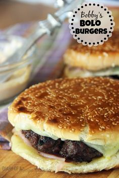 Burgers Bobby's Bolo Burgers-These have a fancy but so easy aioli sauce, ham, and pepperjack cheese. They are DELISH!Bobby's Bolo Burgers-These have a fancy but so easy aioli sauce, ham, and pepperjack cheese. They are DELISH! Gourmet Burgers, Burger Recipes, Grilling Recipes, Beef Recipes, Cooking Recipes, Wing Recipes, Burger Dogs, My Burger, Burger And Fries