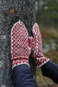 Ravelry: Project Gallery for Martjärn pattern by Erika Guselius Knitting Patterns, Crochet Patterns, Knitting Ideas, Sweater Mittens, Wrist Warmers, Knitting Socks, Mitten Gloves, Fiber Art, Lana